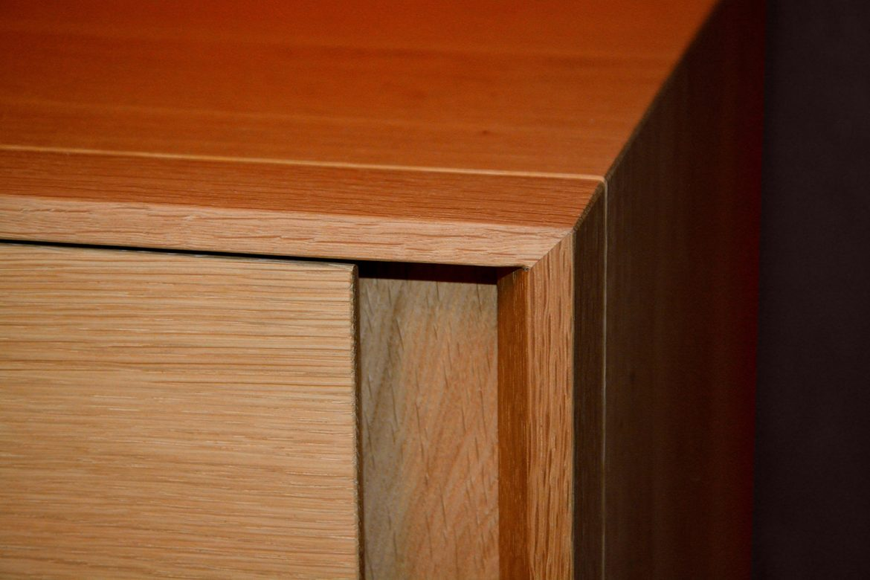 Detaliu imbinare lemn la 45 grade noptiera realizata pe comanda din lemn masiv stejar natur