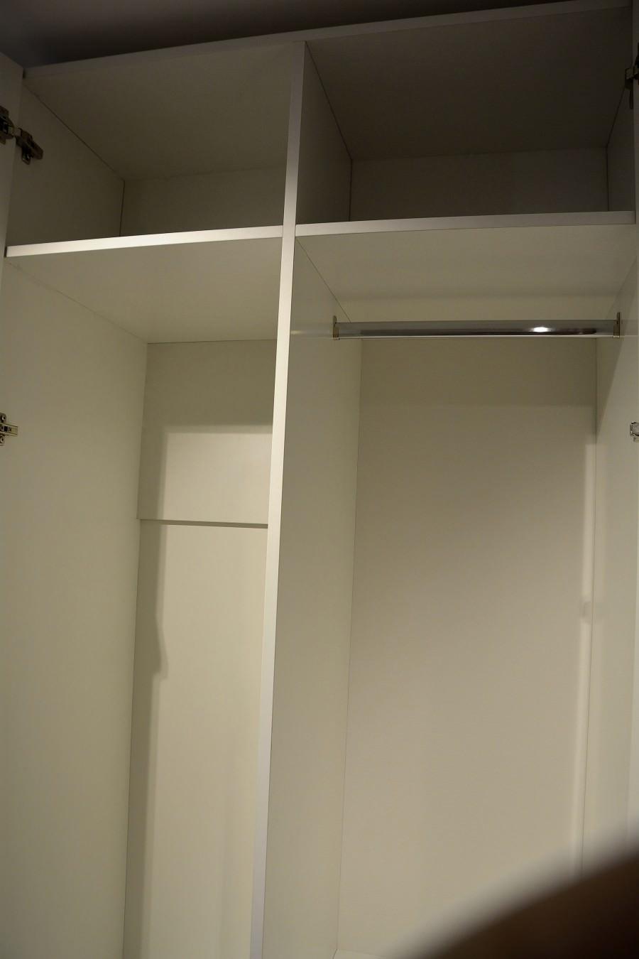 Detaliu interior dressing cu compartimentare 900x1350 1