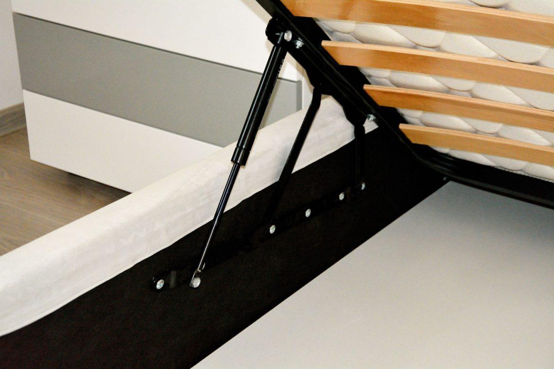Detaliu lada depozitare cu pistoane cu amortizare pat matrimonial tapitat integral la comanda Sole cu stofa catifea