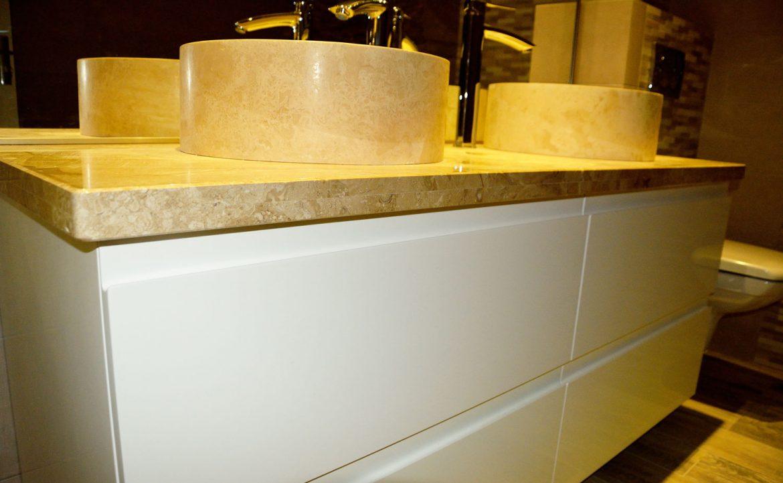 Detaliu mobilier baie la comanda cu blat granit usi MDF vopsit alb lucios RAL 9003 cu frezare manere 1