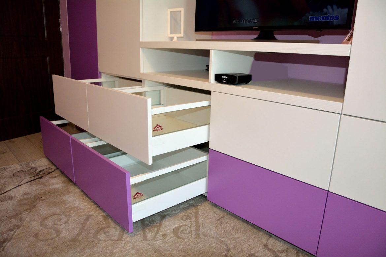 Detaliu mobilier camera copil cu sertare silentioase cu amortizare Blum inaltatoare sertar cu sticla usi MDF vopsit alb mat RAL 9003 si NCS S 2050 R50B lila mat