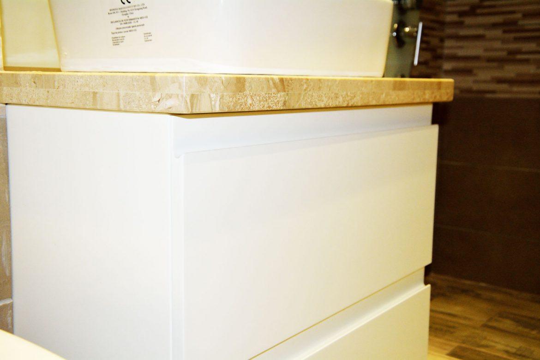 Detaliu mobilier pentru baie la comanda cu blat granit usi MDF vopsit alb lucios RAL 9003 cu frezare manere