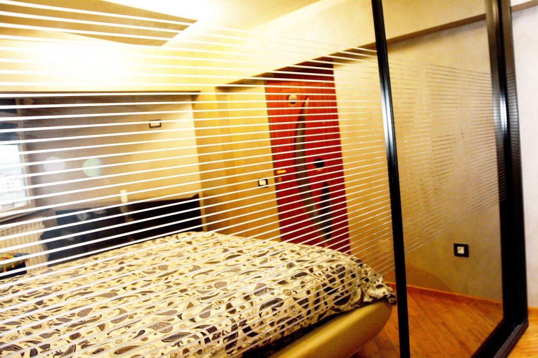 Detaliu oglinda sablare chimica cu dungulite pe usi culisante dressing dormitor la comanda Yulmob Bacau