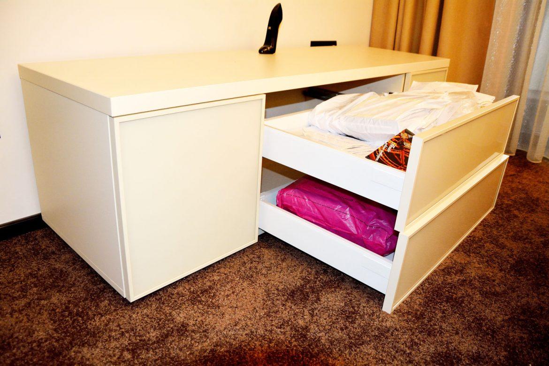 Detaliu sertare silentioase Antaro Tip On Blumotion pentru comoda dormitor realizata la comanda din pal crem de 18 mm cu tavan dublat si fete sertar sticla securizata vopsita crem lucios RAL 1015