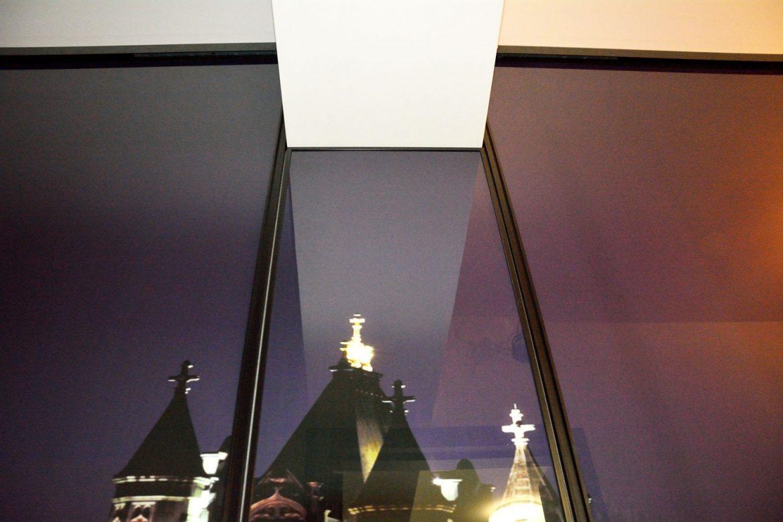 Detaliu sticla securizata cu imagine JPG London Bridge usi culisante din profil rama aluminiu vopsit negru RAL 9005