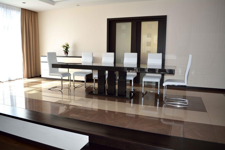 Dinning Room accesorizata cu masa din Mdf brut vopsit Lucios Ral 8019 Maro Inchis si set de 10 scaune albe