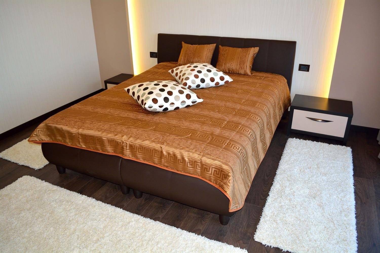 Dormitor Matrimonial Noptiere din Pal Wenghe Dakar dublat si fete din MDF Vopsit Crem Lucios