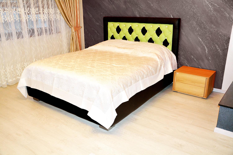 Dormitor accesorizat cu Pat Faraon Tutankhamon tapitat in Piele Naturala Bovina incrustat cu 57 Cristale originale Swarovski si doua noptiere din lemn masiv stejar natur cu inchidere silentioasa