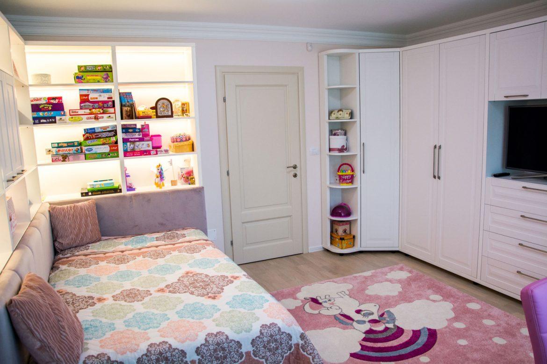 Dormitor copii din pal alb fibros cu fronturi din mdf vopsit alb mat cu frezare A6