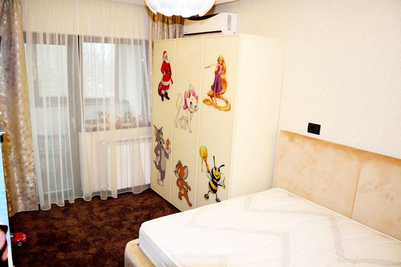 Dormitor copii la comanda cu dulap pal cu usi sticla vopsita securizata crem RAL 1015 cu rame aluminiu si imagini pentru copii pat tapitat la comanda stofa Prestige 2775 crem 1 1
