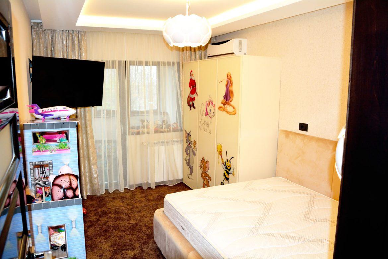 Dormitor copii la comanda cu dulap pal cu usi sticla vopsita securizata vopsita RAL 1015 pat tapitat Cannes cu lada depozitare si somiera rabatabila