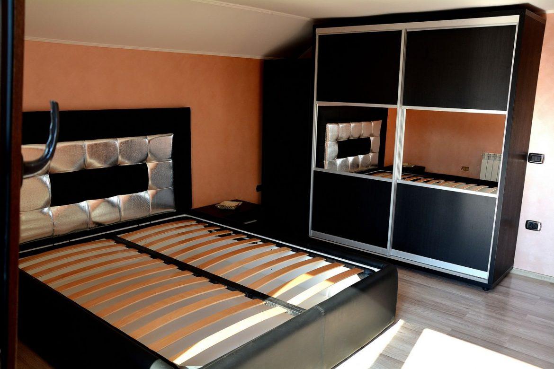 Dormitor cu dressing din Pal dublat 0190SN Negru Striat in 2 usi culisante cu rama din aluminiu si Oglinda