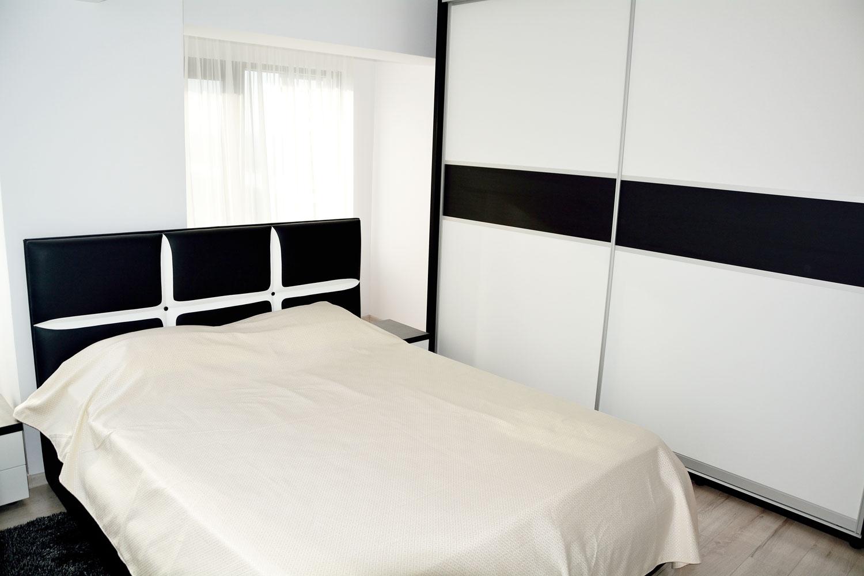 Dormitor cu pat matrimonial tapitat si dressing la comanda pal alb dublat