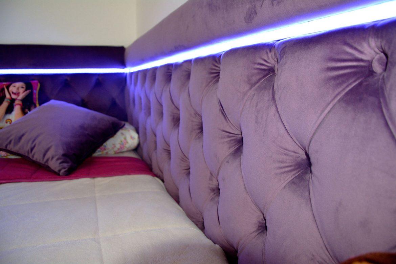 Dormitor din PAL la comanda Yulmob cu pat tapitat cu stofa Franche Velved somiera rabatabila din MDF cu melamina alba picioare inox si sistem de ridicare Italia 00002 1