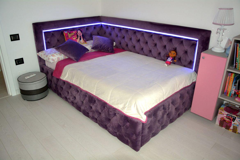 Dormitor din PAL la comanda Yulmob cu pat tapitat cu stofa Franche Velved somiera rabatabila din MDF cu melamina alba picioare inox si sistem de ridicare Italia 00003