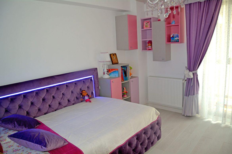 Dormitor din PAL la comanda Yulmob cu pat tapitat cu stofa Franche Velved somiera rabatabila din MDF cu melamina alba picioare inox si sistem de ridicare Italia 00004