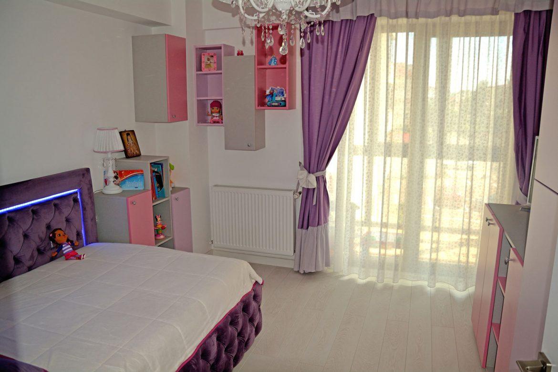 Dormitor din PAL la comanda Yulmob cu pat tapitat cu stofa Franche Velved somiera rabatabila din MDF cu melamina alba picioare inox si sistem de ridicare Italia 00008