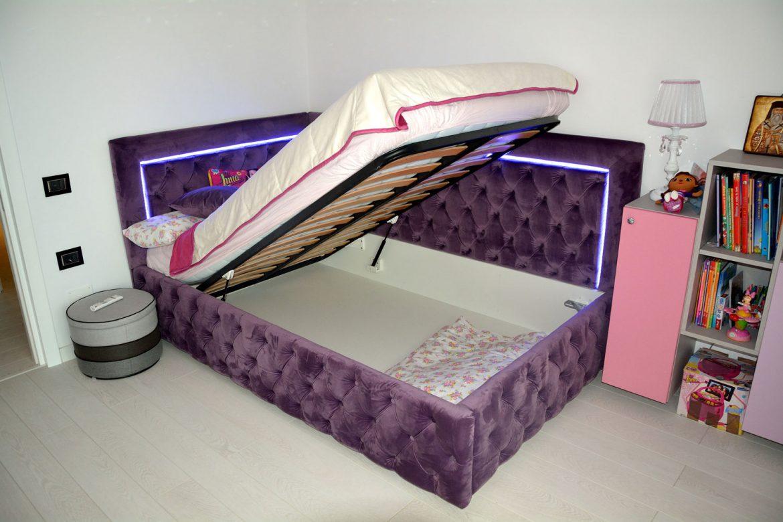 Dormitor din PAL la comanda Yulmob cu pat tapitat cu stofa Franche Velved somiera rabatabila din MDF cu melamina alba picioare inox si sistem de ridicare Italia 00009