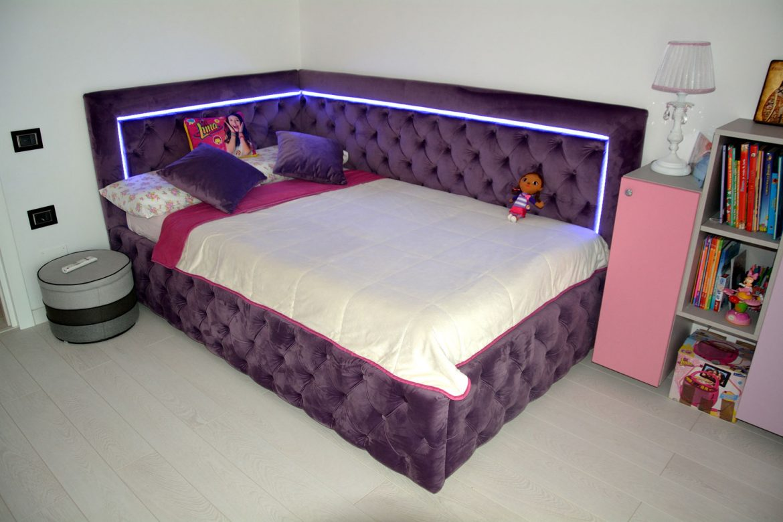 Dormitor din PAL la comanda Yulmob cu pat tapitat cu stofa Franche Velved somiera rabatabila din MDF cu melamina alba picioare inox si sistem de ridicare Italia 00011