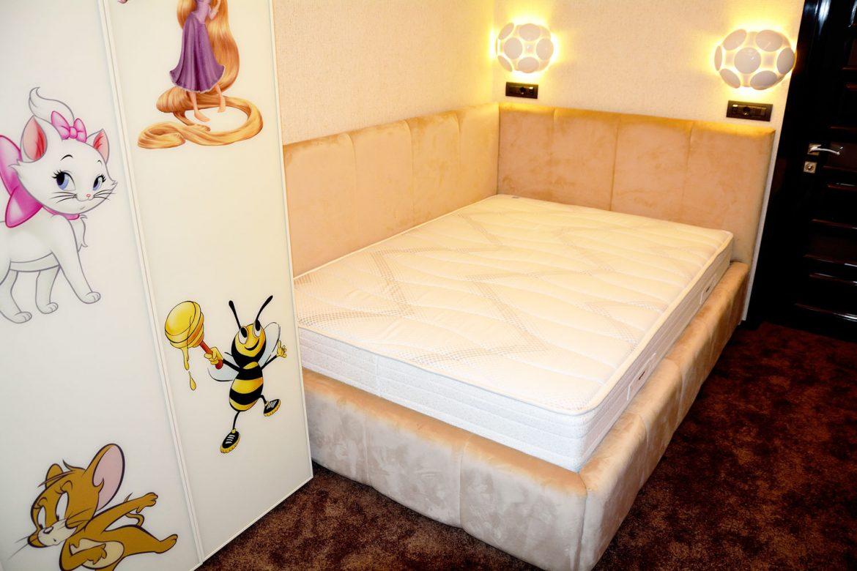 Dormitor la comanda Yulmob Bacau cu pat tapitat Cannes cu somiera rabatabila si lada depozitare dulap din pal cu balamale silentioase Blumotion si usi sticla securizata vopsita crem RAL 1015