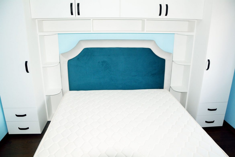 Dormitor la comanda Yulmob Bacau din pal alb fibra cu manere negre vopsite balamale silentioase Blum si Pat tapitat Palermo cu somiera rabatabila
