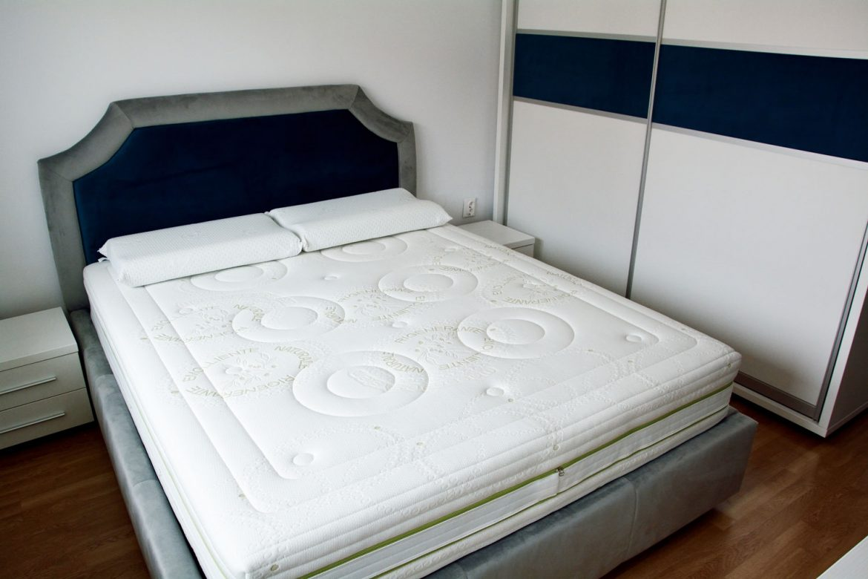 Dormitor la comanda cu pat tapitat Palermo cu lada depozitare stofa Prestige 2769 si 2772 dulap din pal alb fibros de 36 mm usi profil rama aluminiu pistoane cu amortizare
