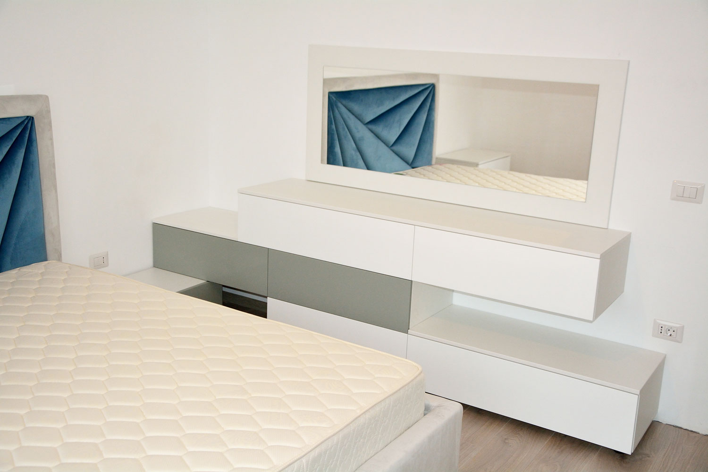 Dormitor la comanda yulmob Bacau cu pat sole tapitat cu stofa catifea oglinda cu panou in spate comoda pat din pal de 18mm alb fibros cu fete din MDF vopsit