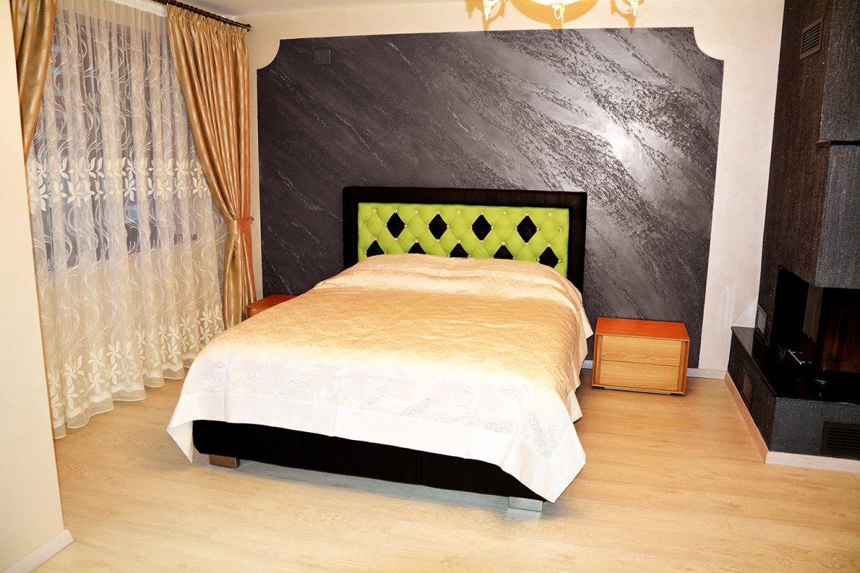 Dormitor matrimonial accesorizat cu Pat Faraon Tutankhamon tapitat in Piele Naturala Bovina incrustat cu 57 Cristale originale Swarovski si doua noptiere din lemn