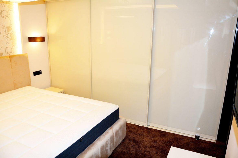 Dormitor matrimonial la comanda cu dressing pal de 18 mm cu ABS de 2 mm usi din profil aluminiu vopsite crem lucios RAL 1015