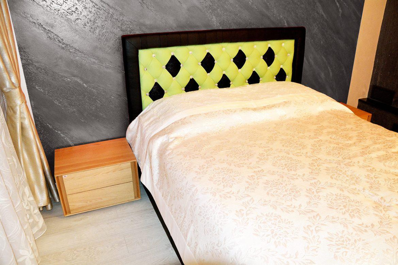 Dormitor matrimonial modern realizat din pat tapitat in intregime in piele naturala bovina si cristale swarovski si doua noptiere din lemn masiv stejar natur