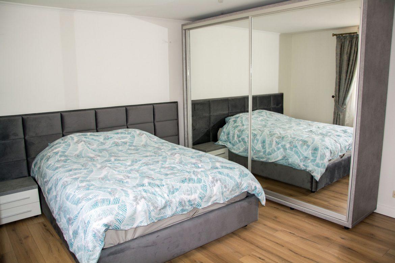 Dormitor modern cu dressing cu usi glisante cu oglinda