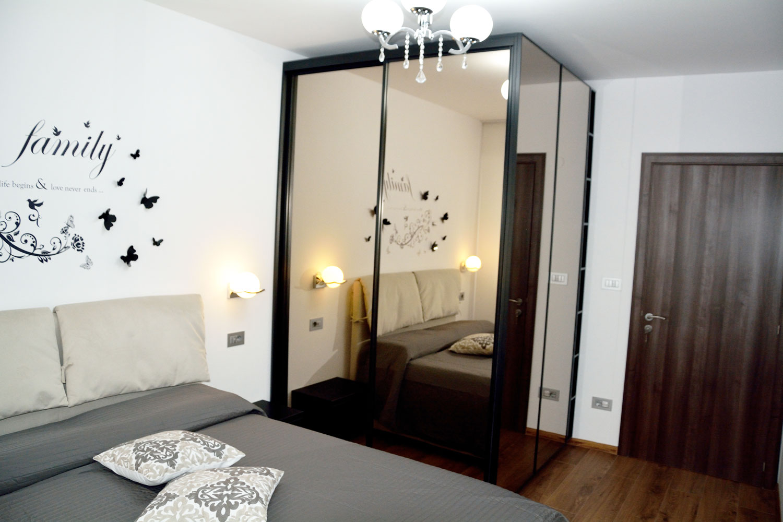 Dormitor modern la comanda cu dressing cu usi profil rama aluminiu vopsit negru RAL 9005 si oglinda fumurie balamale silentioase Blum 1