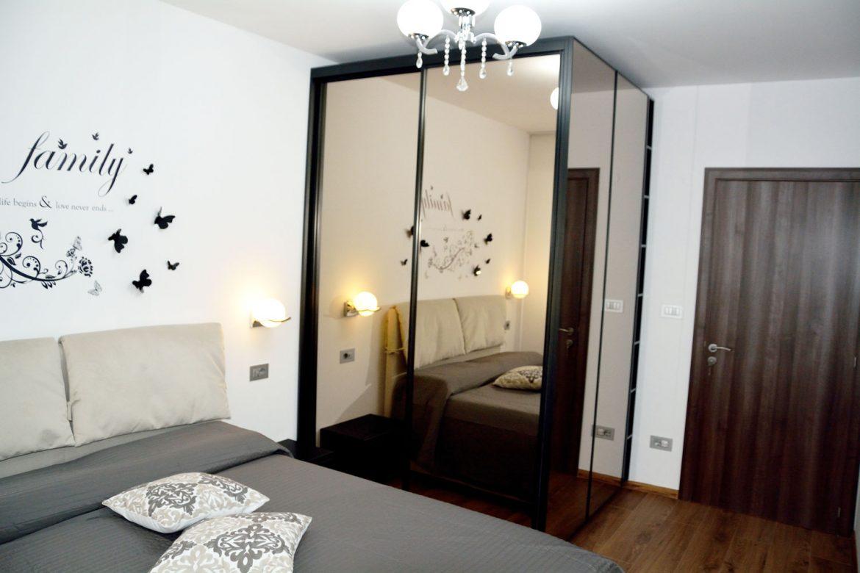Dormitor modern la comanda cu dressing cu usi profil rama aluminiu vopsit negru RAL 9005 si oglinda fumurie balamale silentioase Blum