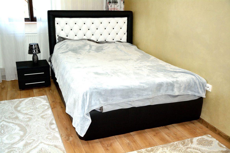 Dormitor modern realizat din pal dublat fibra negru cu dressing din usi sticla vopsita securizata negru rame aluminiu si pat matrimonial tapitat Iak model Tutankamon din piele ecologica00001 1