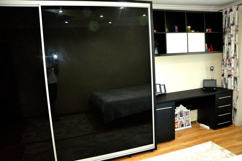 Dormitor modern realizat din pal dublat fibra negru cu dressing din usi sticla vopsita securizata negru rame aluminiu si pat matrimonial tapitat Iak model Tutankamon din piele ecologica00003