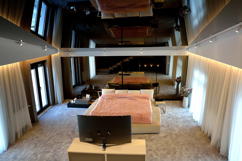 Dormitor modern realizat pe comanda cu dressing lung cu usi din oglinda fumurie si sistem inchidere silentioasa