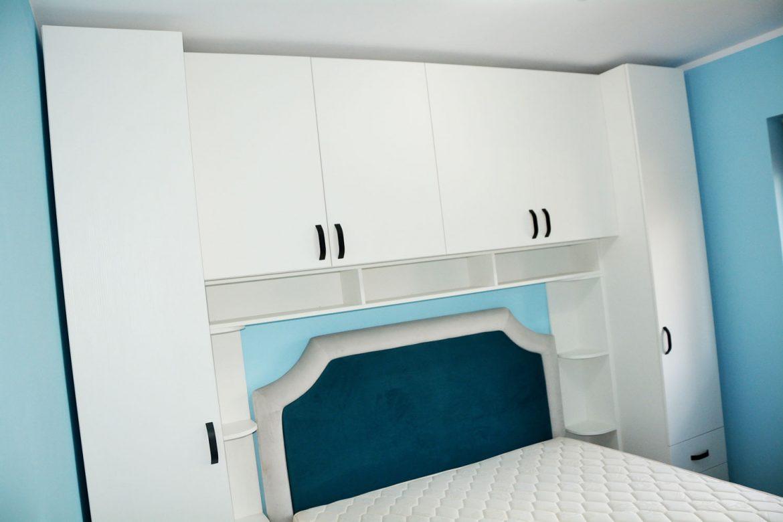 Dormitor tineret la comanda din pal alb fibra cu pat tapitat Palermo