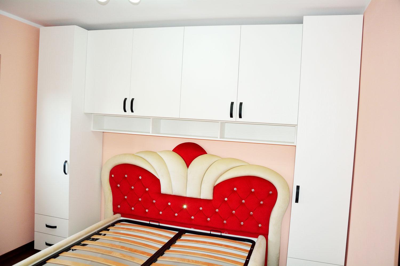 Dormitor tineret la comanda din pal alb fibra cu pat tapitat Queen