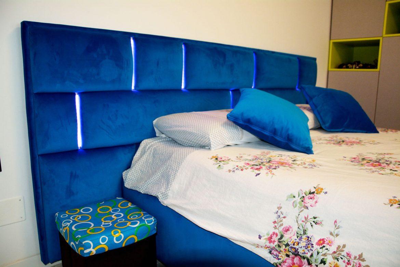 dormitor-copil-la-comanda-yulmob-cu-dressing-din-pal-si-pat-tapitat-cu-stofa-franche-velved-albastru-indigo