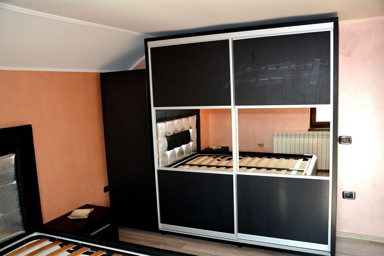 Dressing dormitor mobila moderna realizat din Pal dublat 0190SN Negru striat in 2 usi culisante cu rama din aluminiu si Oglinda 1