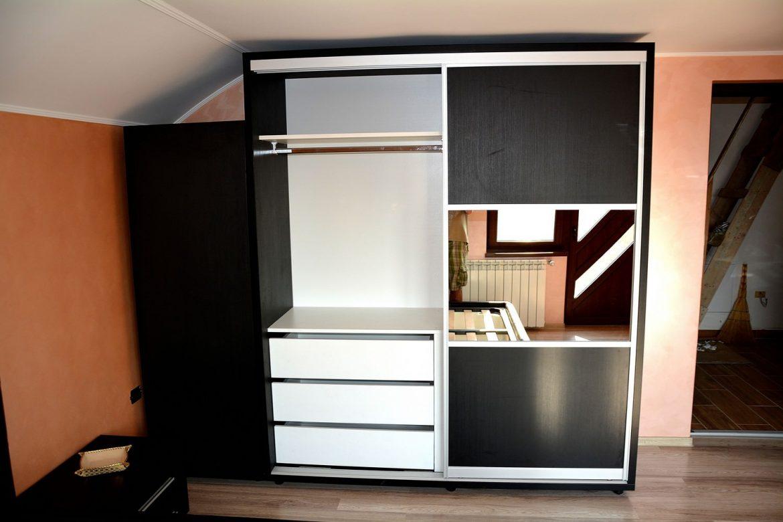 Dressing dormitor modern realizat din Pal Hidrofugat Dublat Negru Striat 0190SN prevazut cu bara din aluminiu si 3 sertare pe glisiera normala Blum