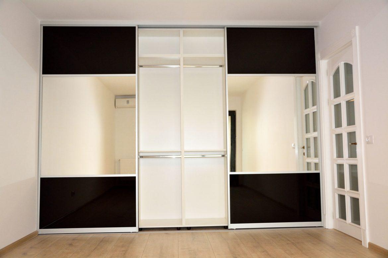 Dressing la comanda cu 3 usi culisante din sticla vopsita neagra securizata RAL 9005 profil aluminiu oglinda folie protectoare
