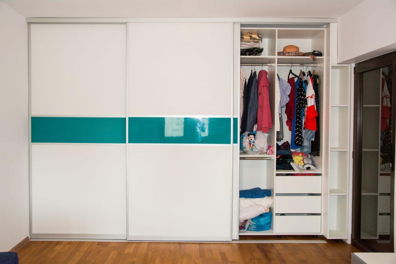 Dressing modern la comanda Yulmob Bacau cu sertare si suporti de bara pentru haine