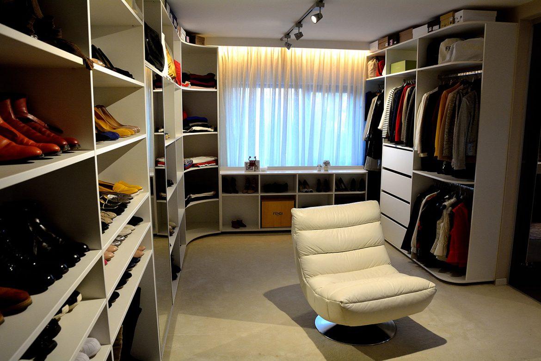 Dressing modern realizat pe comanda din pal alb Yulmob compartimentat cu polite si sertare