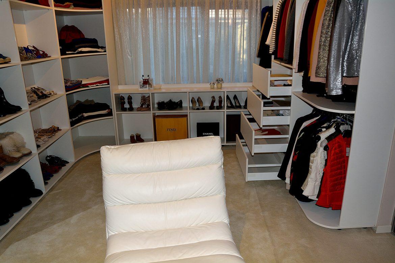 Dressing modern realizat pe comanda din pal alb cu deschidere sertare silentioase Blum