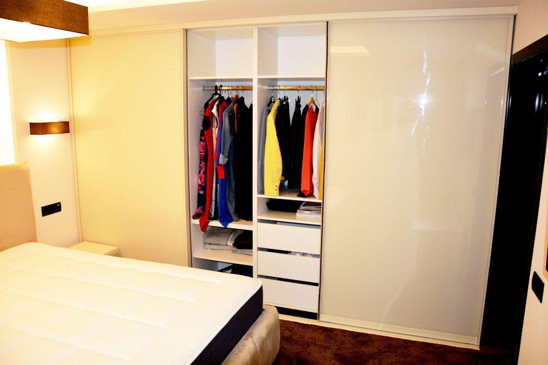 Dulap din pal crem de 18 mm cu dimensiuni de 3420x2230x500 mm cu sertare silentioase Antaro Tip On Blumotion bare pentru haine si sertare atent compartimentate depozitare diverse
