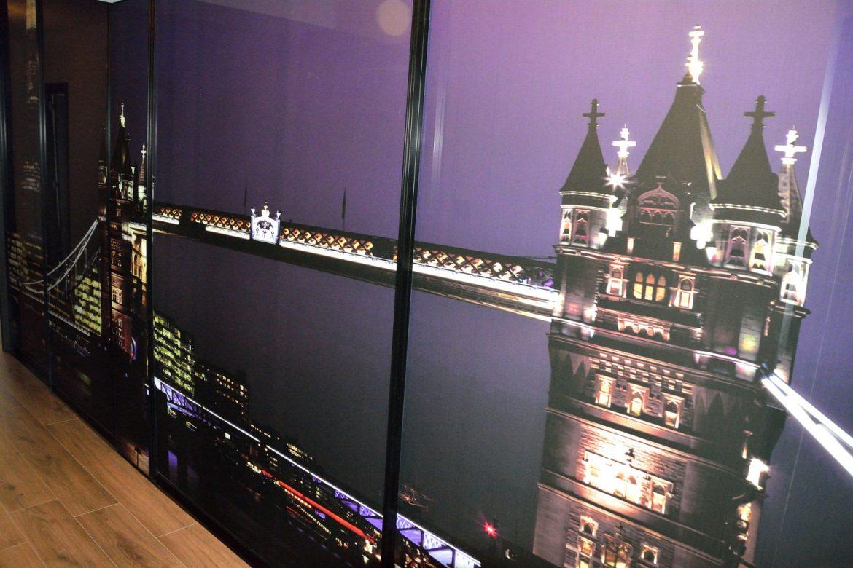 Dulap tip dressing din pal alb de 18mm cu cant ABS de 2mm sticla securizata cu imagine JPG London Tower Bridge usi din profil rama aluminiu vopsit negru RAL 9005