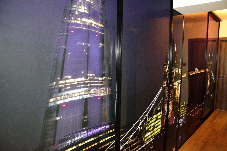 Dulap tip dressing la comanda Yulmob Bacau cu usi profil rama aluminiu vopsit negru RAL 9005 cu sticla securizata cu imagine JPG London Tower Bridge si The Shard