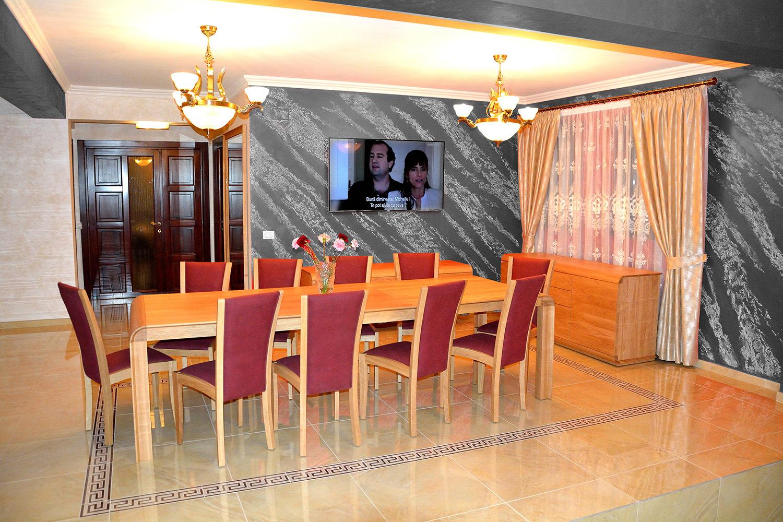 Living accesorizat cu masa extensibila realizata din lemn masiv stejar natur cu 10 scaune tapitate in stofa 1