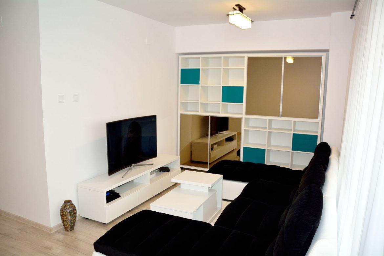 Living la comanda interior pal alb fibros cu etajera cu usi din MDF vopsit si comoda pal dublat de 36 mm